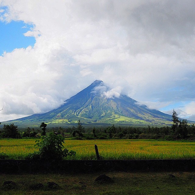 now you see it, now you don't #mayon #legaspi #albay #mtmayon #lushangeltravels #travel #wanderlust #travelblogger #olympus #olympusomd